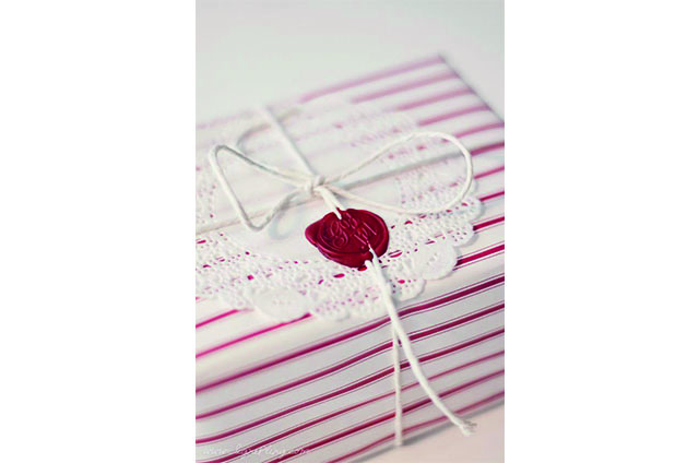wrap gift - white and red